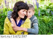 Купить «Счастливая семья. Сын обнимает маму на природе», эксклюзивное фото № 3672597, снято 3 июня 2012 г. (c) Игорь Низов / Фотобанк Лори