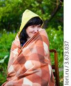 Купить «Счастливая женщина закуталась в одеяло на улице сидя на стуле», эксклюзивное фото № 3673037, снято 3 июня 2012 г. (c) Игорь Низов / Фотобанк Лори