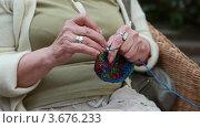 Купить «Пожилая женщина вяжет на лавочке», видеоролик № 3676233, снято 15 июля 2012 г. (c) Петр Малышев / Фотобанк Лори