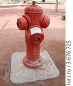 Купить «Красный пожарный гидрант. Лион, Франция.», фото № 3676725, снято 10 июля 2012 г. (c) Иван Марчук / Фотобанк Лори