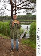 Купить «Довольный рыбак держит леща, пойманного в Селигере», эксклюзивное фото № 3681177, снято 26 июня 2012 г. (c) Елена Коромыслова / Фотобанк Лори