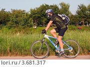 Купить «Экипированный спортсмен велосипедист едет на велосипеде за городом на природе», эксклюзивное фото № 3681317, снято 31 августа 2011 г. (c) Ольга Липунова / Фотобанк Лори