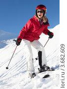 Купить «Женщина в лыжах поднимается на склон», фото № 3682609, снято 26 января 2012 г. (c) Monkey Business Images / Фотобанк Лори