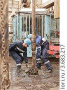 Два рабочих-буровика около установки. Стоковое фото, фотограф Rumo / Фотобанк Лори