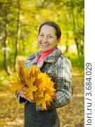 Купить «Счастливая женщина в возрасте в осеннем парке с букетом кленовых листьев», фото № 3684029, снято 30 сентября 2010 г. (c) Яков Филимонов / Фотобанк Лори