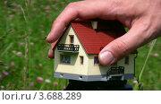 Купить «Мужская рука забирает игрушечный дом», видеоролик № 3688289, снято 2 апреля 2010 г. (c) Losevsky Pavel / Фотобанк Лори