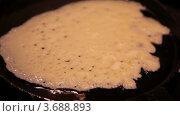 Купить «Блин жарится на раскаленной сковороде», видеоролик № 3688893, снято 13 марта 2010 г. (c) Losevsky Pavel / Фотобанк Лори