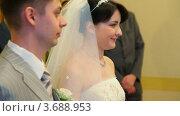 Купить «Жених и невеста в ЗАГСе», видеоролик № 3688953, снято 16 марта 2010 г. (c) Losevsky Pavel / Фотобанк Лори