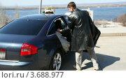 Купить «Жених помогает невесте выйти из машины», видеоролик № 3688977, снято 19 марта 2010 г. (c) Losevsky Pavel / Фотобанк Лори