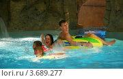 Купить «Женщина, дети и мужчина плавают в бассейне в аквапарке», видеоролик № 3689277, снято 11 июля 2010 г. (c) Losevsky Pavel / Фотобанк Лори