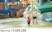 Купить «Очаровательная женщина и мужчина  стоят под фонтаном и девочка стреляет по ним из водяного пистолета», видеоролик № 3689285, снято 12 августа 2010 г. (c) Losevsky Pavel / Фотобанк Лори