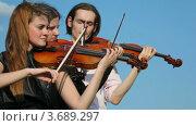 Купить «Музыканты играют на струнных инструментах», видеоролик № 3689297, снято 18 марта 2010 г. (c) Losevsky Pavel / Фотобанк Лори