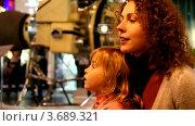 Купить «Мать и дочь в музее космонавтики», видеоролик № 3689321, снято 20 января 2010 г. (c) Losevsky Pavel / Фотобанк Лори
