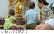 Купить «Мать , дочь и сын около фонтана Дружбы народов», видеоролик № 3689345, снято 30 мая 2010 г. (c) Losevsky Pavel / Фотобанк Лори