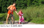 Купить «Мать и дочь в парке на велосипедах», видеоролик № 3689481, снято 15 мая 2010 г. (c) Losevsky Pavel / Фотобанк Лори