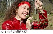Купить «Женщина стоит в лесу», видеоролик № 3689753, снято 15 мая 2010 г. (c) Losevsky Pavel / Фотобанк Лори