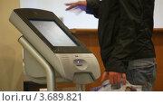Купить «Мужчина использует терминал с тачскрином», видеоролик № 3689821, снято 10 марта 2010 г. (c) Losevsky Pavel / Фотобанк Лори