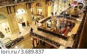Купить «Украшенный к Новому Году ГУМ с покупателями. Вид сверху на витрины и переходы», видеоролик № 3689837, снято 26 марта 2010 г. (c) Losevsky Pavel / Фотобанк Лори