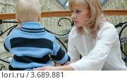 Купить «Мама успокаивает маленького сына в магазине», видеоролик № 3689881, снято 30 мая 2010 г. (c) Losevsky Pavel / Фотобанк Лори