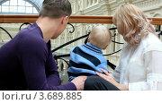Купить «Мужчина и женщина с ребенком смотрят на что-то в магазине», видеоролик № 3689885, снято 30 мая 2010 г. (c) Losevsky Pavel / Фотобанк Лори