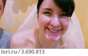 Купить «Жених и невеста сидят за свадебным столом», видеоролик № 3690813, снято 19 марта 2010 г. (c) Losevsky Pavel / Фотобанк Лори