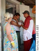Купить «Врач осматривает рану мужчины, пострадавшего во время наводнения в Крымске», эксклюзивное фото № 3691681, снято 16 июля 2012 г. (c) Василий Пешненко / Фотобанк Лори