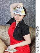 Купить «Деловая женщина демонстрирует пачку купюр в 500 и 200 евро», фото № 3700205, снято 9 апреля 2011 г. (c) Сергей Дубров / Фотобанк Лори
