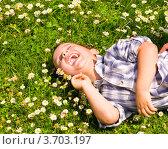 Смеющийся мальчик лежит на цветочном лугу. Стоковое фото, фотограф Константин Примачук / Фотобанк Лори