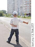 Мальчик голосует на обочине дороги. Стоковое фото, фотограф Денис Омельченко / Фотобанк Лори