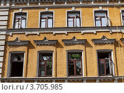 Купить «Фасад старинного здания с открытыми оконными рамами и выбитыми стёклами», эксклюзивное фото № 3705985, снято 27 июня 2012 г. (c) Родион Власов / Фотобанк Лори