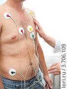 Купить «Медсестра делает мужчине электрокардиограмму», фото № 3706109, снято 24 июля 2012 г. (c) Александр Подшивалов / Фотобанк Лори