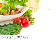 Помидоры, лук, перец и салат на белом фоне. Стоковое фото, фотограф Лариса Кривошапка / Фотобанк Лори