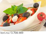 Салат из помидоров, черных маслин и коровьего сыра. Стоковое фото, фотограф Лариса Кривошапка / Фотобанк Лори
