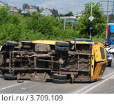 Купить «Авария маршрутного такси», фото № 3709109, снято 26 июля 2012 г. (c) Дмитрий Савостин / Фотобанк Лори