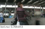 Купить «Люди на железнодорожном вокзале, таймлапс», видеоролик № 3709813, снято 20 сентября 2010 г. (c) Losevsky Pavel / Фотобанк Лори