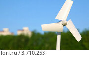 Купить «Крутящийся ветрогенератор», видеоролик № 3710253, снято 18 декабря 2010 г. (c) Losevsky Pavel / Фотобанк Лори
