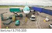 Купить «Самолет на взлетно-посадочной полосе во время загрузки багажа», видеоролик № 3710333, снято 26 октября 2010 г. (c) Losevsky Pavel / Фотобанк Лори