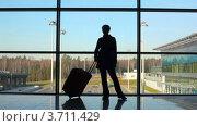 Купить «Силуэт женщины с багажом у окна в аэропорту», видеоролик № 3711429, снято 4 октября 2010 г. (c) Losevsky Pavel / Фотобанк Лори