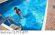 Купить «Мать и дочь купаются в бассейне», видеоролик № 3711877, снято 2 августа 2010 г. (c) Losevsky Pavel / Фотобанк Лори
