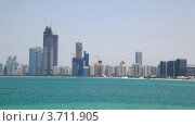 Купить «Подъемные краны возле небоскребов на берегу моря в Абу-Даби, ОАЭ», видеоролик № 3711905, снято 11 августа 2010 г. (c) Losevsky Pavel / Фотобанк Лори