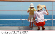 Купить «Мать и дочь на палубе корабля», видеоролик № 3712097, снято 16 ноября 2010 г. (c) Losevsky Pavel / Фотобанк Лори