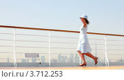 Женщина танцует на палубе корабля. Стоковое видео, видеограф Losevsky Pavel / Фотобанк Лори
