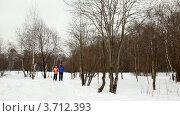 Купить «Мужчина и женщина бегут по снежной тропинке в лесу», видеоролик № 3712393, снято 17 декабря 2010 г. (c) Losevsky Pavel / Фотобанк Лори