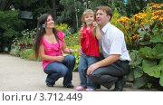 Купить «Девочка пускает мыльные пузыри», видеоролик № 3712449, снято 27 сентября 2010 г. (c) Losevsky Pavel / Фотобанк Лори