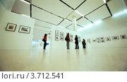 Купить «Люди на выставке посвященной Никите Хрущеву в Московском Доме фотографии», видеоролик № 3712541, снято 21 декабря 2010 г. (c) Losevsky Pavel / Фотобанк Лори