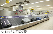 Купить «Багаж на ленте в аэропорту Лондона», видеоролик № 3712689, снято 7 декабря 2010 г. (c) Losevsky Pavel / Фотобанк Лори