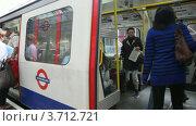 Купить «Поезд прибывает на станцию метро, Лондон», видеоролик № 3712721, снято 5 декабря 2010 г. (c) Losevsky Pavel / Фотобанк Лори