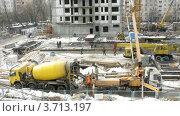 Купить «Рабочие на строительной площадке многоэтажного дома, таймлапс», видеоролик № 3713197, снято 23 сентября 2010 г. (c) Losevsky Pavel / Фотобанк Лори