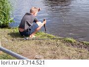 Мальчик держит пойманную рыбу на крючке (2012 год). Редакционное фото, фотограф Татьяна Кахилл / Фотобанк Лори