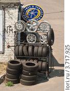Купить «Рекламный стенд шиномонтажа», эксклюзивное фото № 3717925, снято 31 июля 2012 г. (c) Алёшина Оксана / Фотобанк Лори